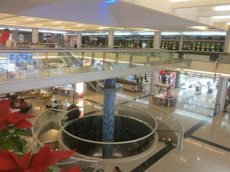 Área interna do shopping Plaza Kukulcan em Cancún