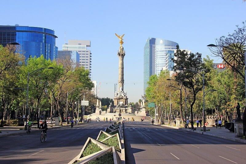 Verão na Avenida Paseo de La Reforma na Cidade do México