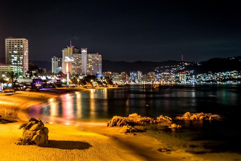 Noite na praia La Condesa em Acapulco