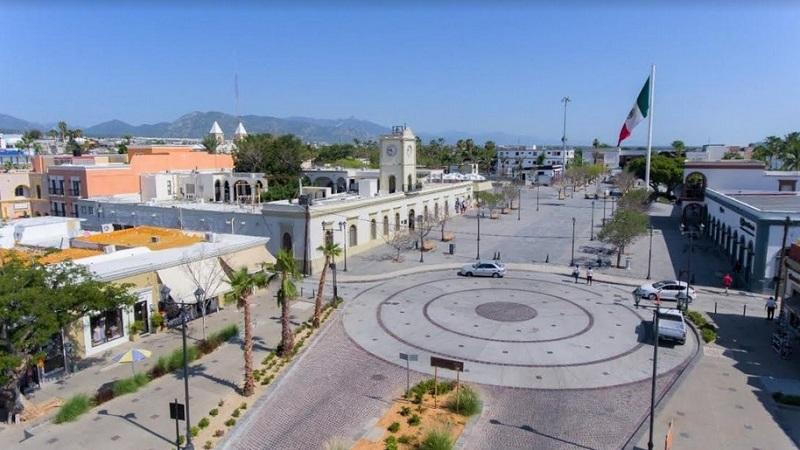 Curtir à noite na Plaza Mijares em Los Cabos