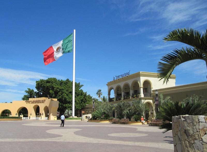 Bandeira do México na Plaza Mijares em Los Cabos