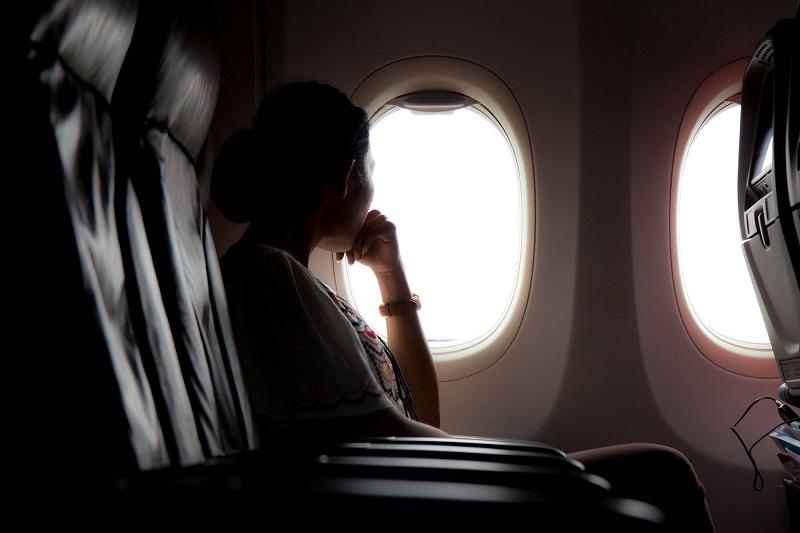 Pessoa curtindo uma viagem de avião para Los Cabos