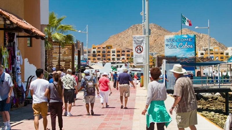 Pessoas andando em Los Cabos