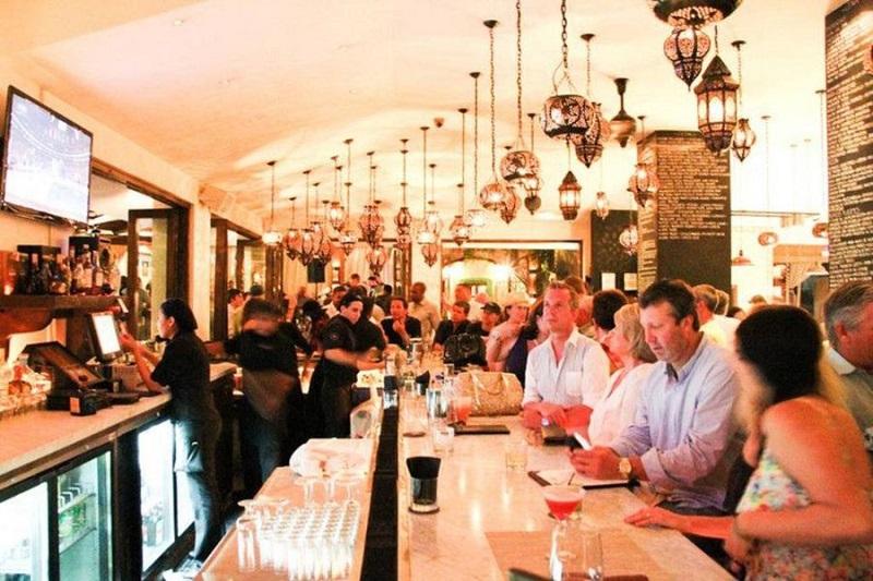 Pessoas curtindo o bar Esquina em Los Cabos