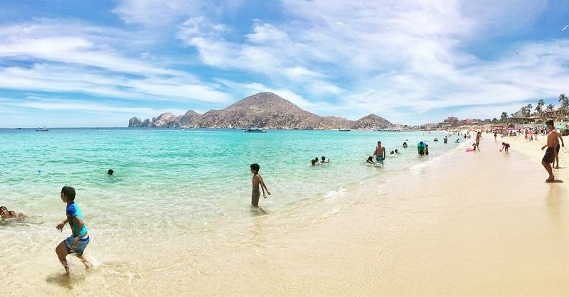 Pessoas curtindo a Playa Medano em Los Cabos