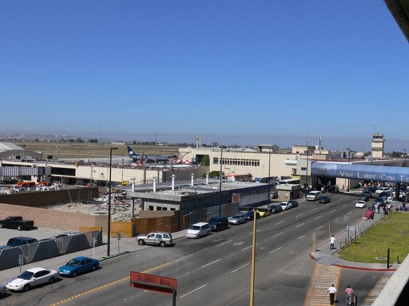 Carros estacionados nas proximidades do aeroporto de Tijuana