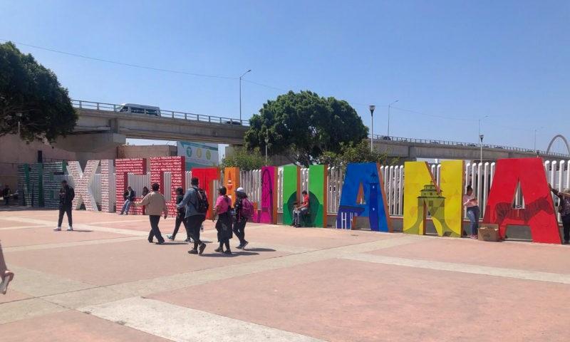 Pessoas caminhando por Tijuana no México