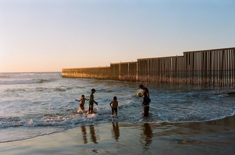 Pessoas curtindo a praia em Tijuana
