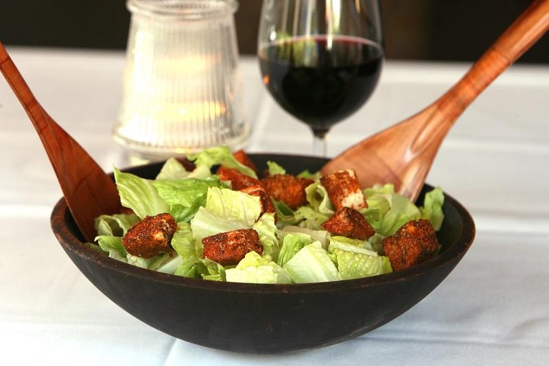 Salada Caesar com vinho