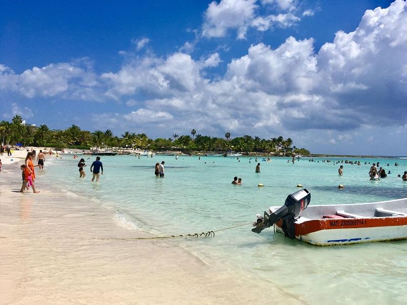 Pessoas curtindo a Playa Akumal em Riviera Maya