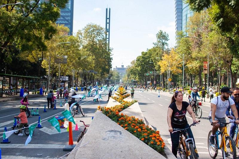 Pessoas andando de bicicleta na Avenida Paseo de La Reforma